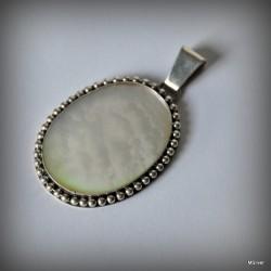37. Srebrny wisiorek z białą masą perłową