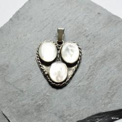 44. Srebrny wisiorek w kształcie serca z masą perłową