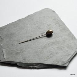 2. Srebrna szpilka z oliwkową perełką