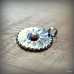 48. Srebrny wisiorek z różową perłą