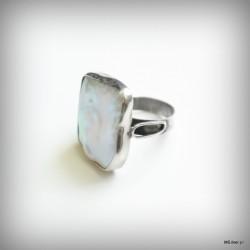 26.Srebrny pierścionek z dużą masą perłową