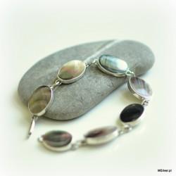 46. Srebrna bransoletka z owalną, zielono-szarą masą perłową