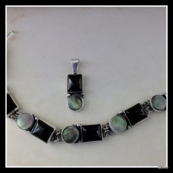 49. Komplet biżuterii z onyksem i masą perłową