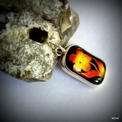 105.Srebrny wisiorek z kwiatkiem
