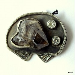 50. Srebrna broszka z kryształem morganitu i cyrkoniami.