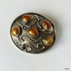 56. Srebrna broszka z rudobrązowymi perłami