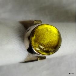 38. Srebrny pierścionek  typu sygnet z żółtym szkłem