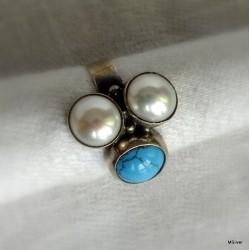 46. Srebrny pierścionek z perłami i turkusem