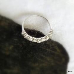 60. Srebrny pierścionek z cyrkoniami