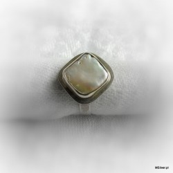121. Srebrny pierścionek z perłą