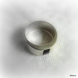 123. Srebrny pierścionek z czarną emalią