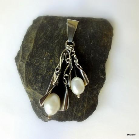 307. Wisior srebrny z białymi perłami