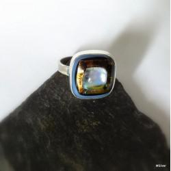 140. Srebrny pierścionek  ze szkłem