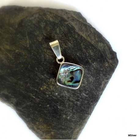331. Srebrny wisior z zieloną masą perłową