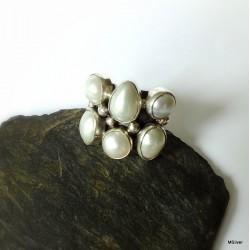 159. Srebrny pierścionek z perłami