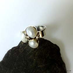 160. Srebrny pierścionek z perłami