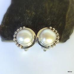 69. Klipsy srebrne z białymi perłami