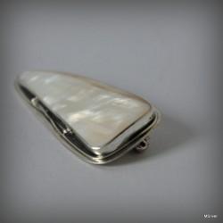 24. Srebrna broszka z białą masą perłową